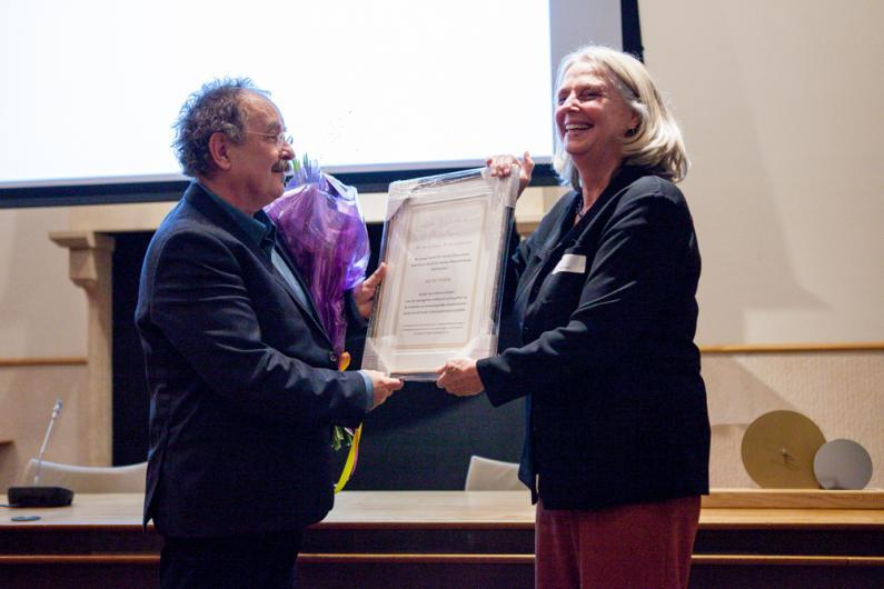 <em>9 november 2018: Ad de Visser ontvangt de De Gijselaar-Hintzenprijs uit handen van bestuurslid Claudine Chavannes-Mazel (Foto: Vereniging van Nederlandse Kunsthistorici)</em>